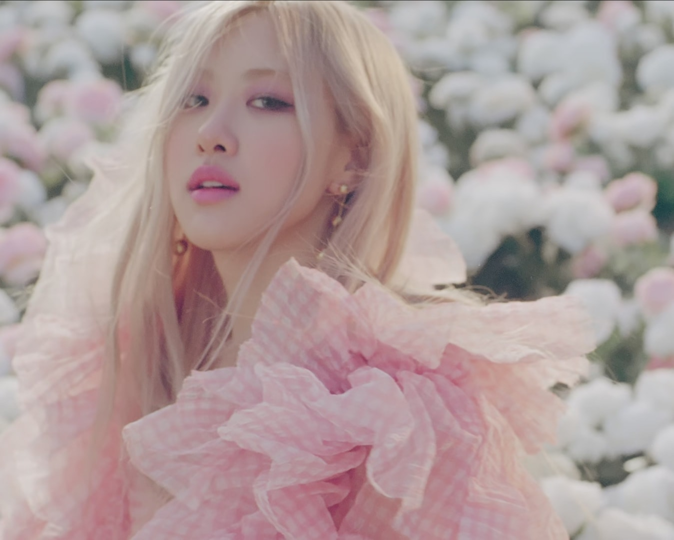 ROSÉ ON THE GROUND PINK