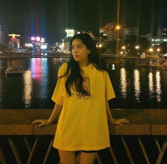 Jisoo mujer y blusa amarilla